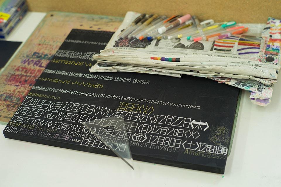 (写真について)こちらは平野喜靖さんの作品。新聞などから気になる形の文字をコツコツと抜き出す。