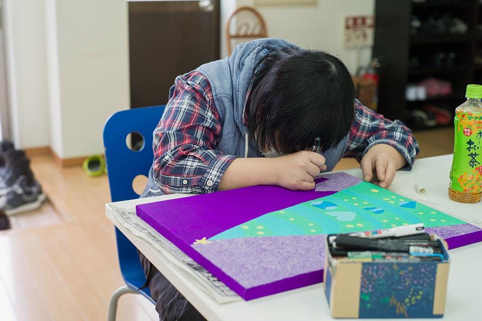 (写真について)全身全霊で創作に打ち込む有田京子さん。昨年、大阪府知事賞を受賞!