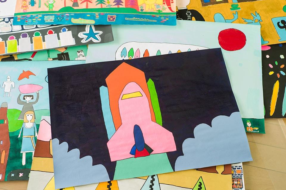 (写真について)好きな乗り物などを描く上田匡志さんの作品。これら作品は直接〈YELLOW〉に連絡し購入することも可能だ。
