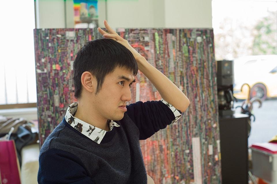 (写真について)作業に集中できないのか、ときおりアトリエをぶらついていた上田匡志さん。