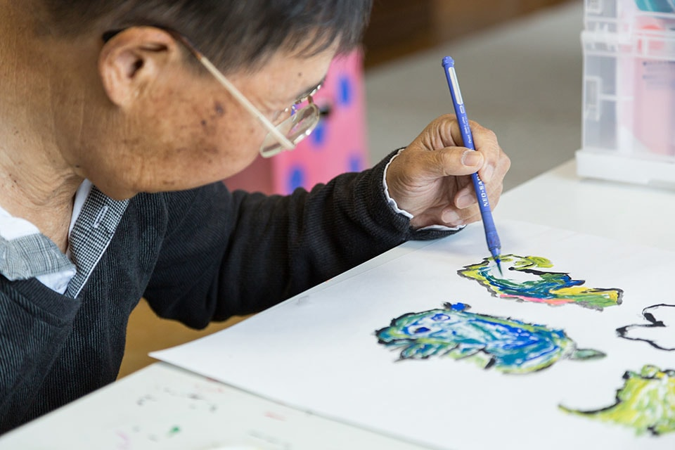 (About the photo)Matsumoto is fully ambidextrous. Here he uses his left hand for precise colored stippling.