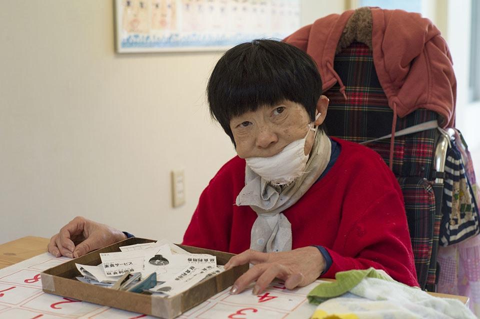 (写真について)メンバーが日々使う食券を作る畑中栄子さん。他の誰のサポートも受けず、最後まで1人で作りきるほど、食券作りに並々ならぬこだわりを持っている。