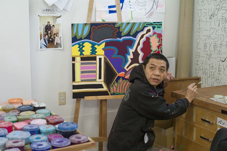 (写真について)約20年前から〈たんぽぽの家〉に所属し作品を作り続けている山野さん。時を経るにつれて、絵のモチーフは具象から抽象へと変化していったという。