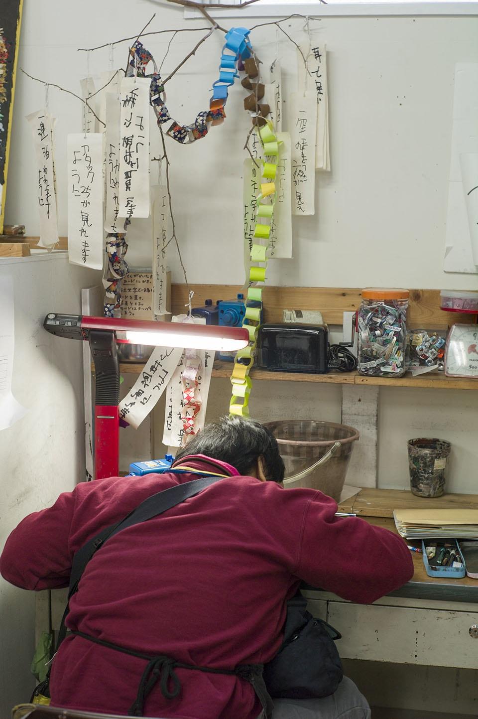 (写真について)好きなこと、やりたいことが彼女の仕事になっている伊藤さん。収集した薬のカラは、デスク右横の袋の中に溢れんばかりに積み上げられていた。