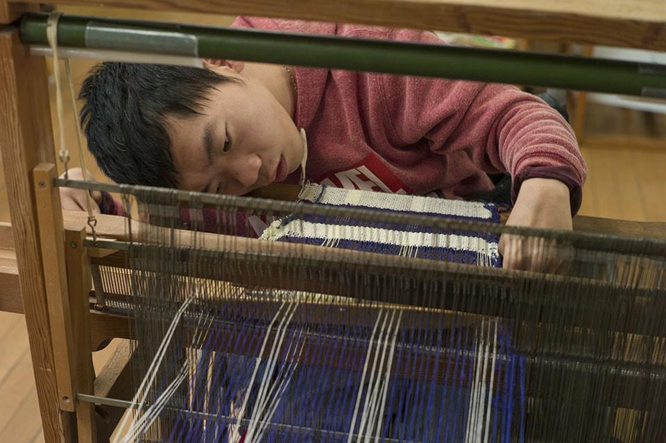 (写真について)メンバーが使う織り機は、一人ひとりの身体の状態に合わせて使いやすいようにカスタマイズされている。