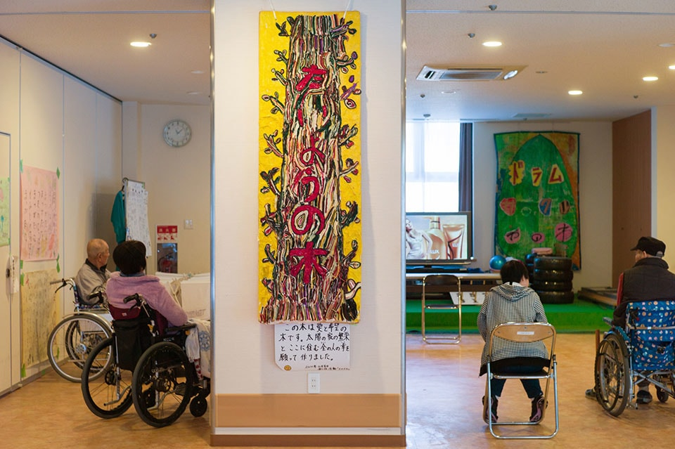 (About the photo)At <Taiyo No Iye> people who have physical, mental, and emotional hardship work and live together. They actively organize creative programs such has painting and music.