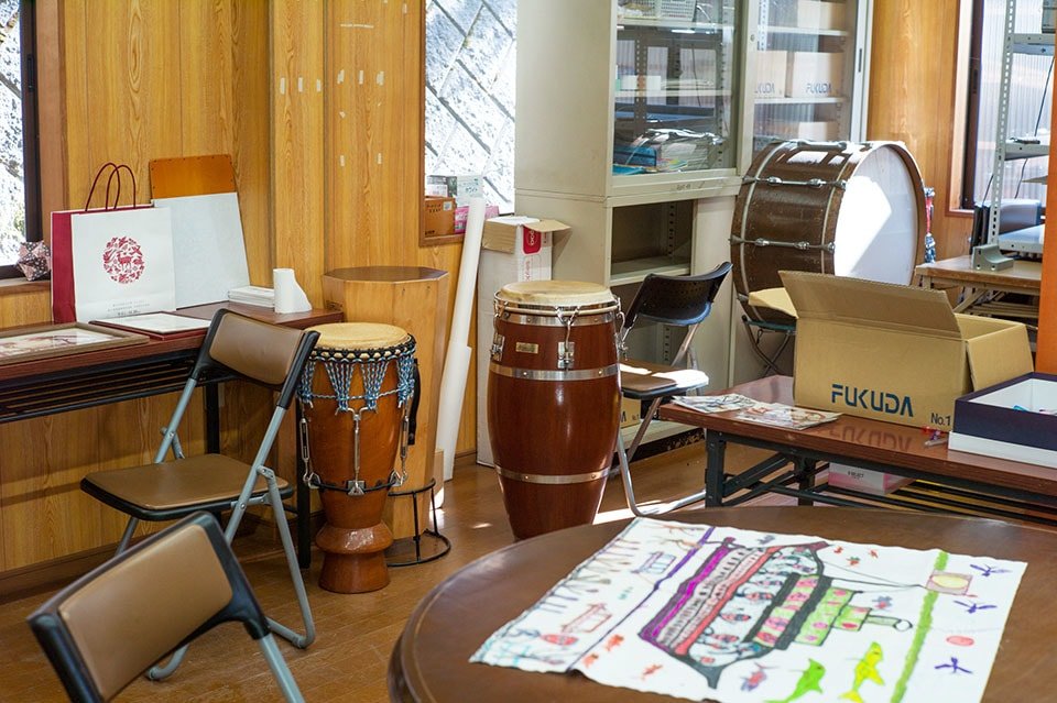 (About the photo)Yamaura is also a percussionist, and occasionally organizes improvisational music sessions with members of <Taiyo No Iye> at the facility. Furutani is very good at playing the harmonica, and you can witness his playing in the parking lot in the afternoons.