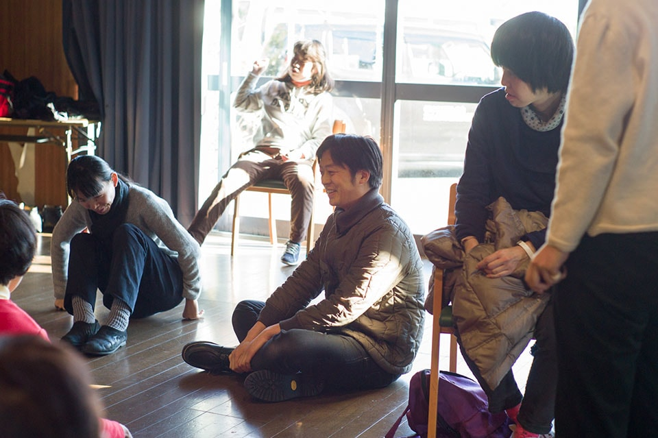 (About the photo)Okabe (Center) is a graduate of Tama Art University. In 1999, he discovered <Tampopo-No-Ye> during the 'Group Mojiya' exhibition held at the city office of Maebashi, and afterwards took a year off of studying to work as an intern at <Tampopo-No-Ye>.