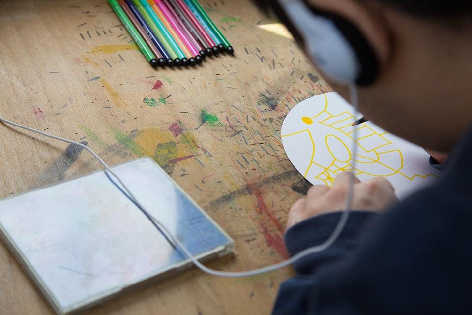 (写真について)CDアルバムの裏面を見ながら、曲のタイトルを描く。日によって歌詞を描くことも。