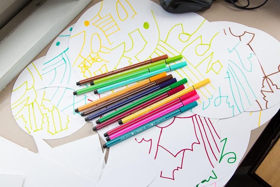 (写真について)最近は丸い紙に描く気分な小林さん。この日は、スピッツを聴きながら。