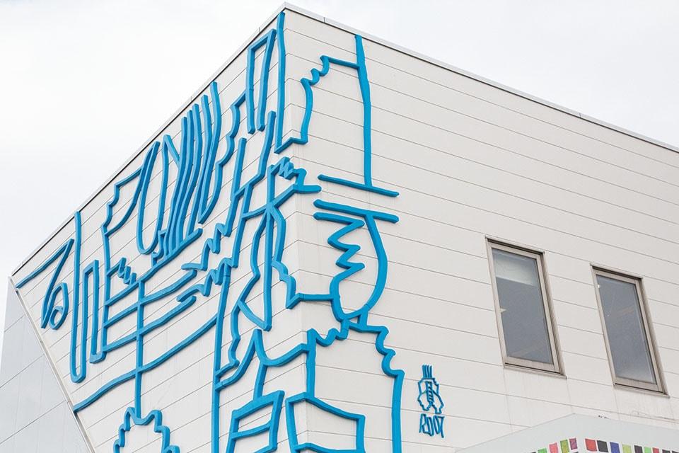 (写真について)入館前、ひときわ目を引く〈るんびにい美術館〉の建物サインも小林さんの文字。