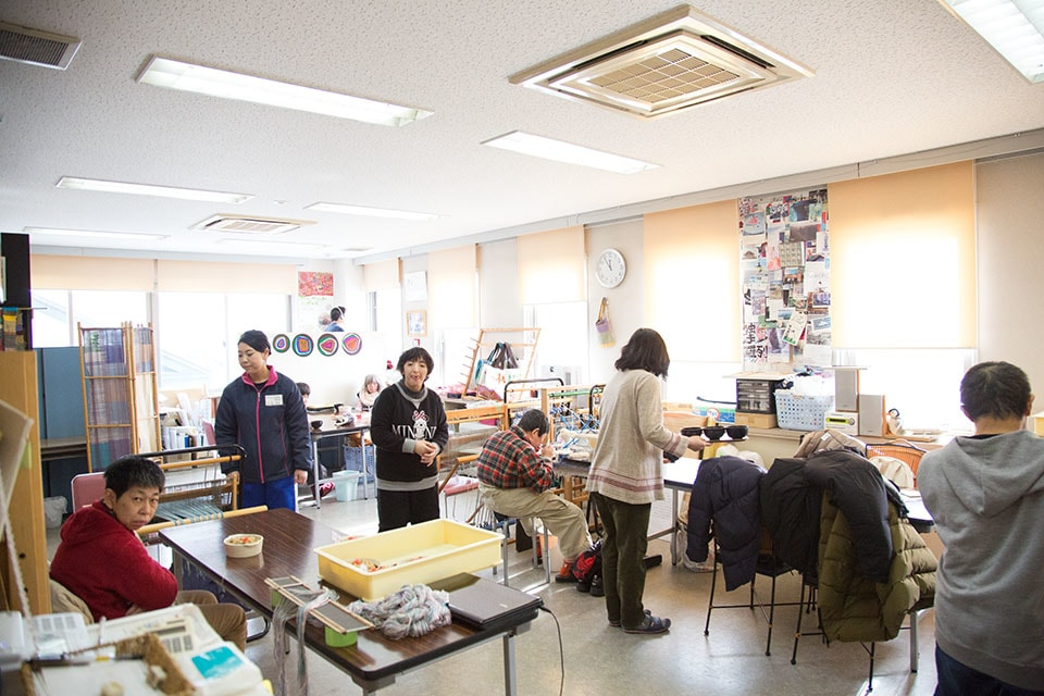 (写真について)午前中の創作時間が終わると、一階にあるカフェのスタッフが作るカフェめしをみんなで「いただきます!」