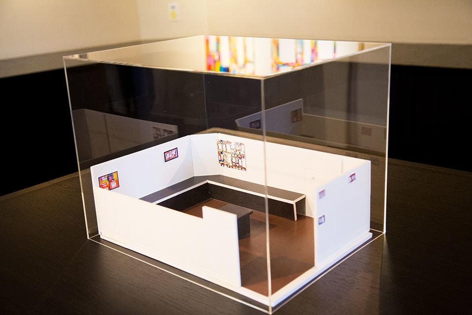 (写真について)〈るんびにい美術館〉初の試みの企画展「きよしさん さなえさんなら こう展示するそうです!」の準備で、二人が一から作品のミニチュアをレイアウトしたギャラリーの展示プラン模型。