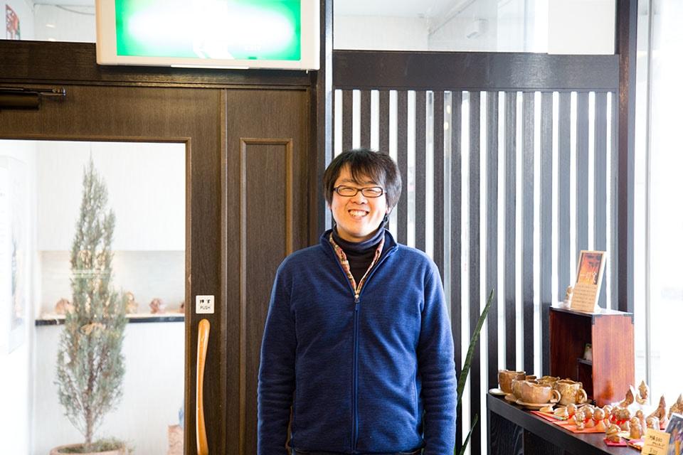 (写真について)アートディレクターの板垣崇志さん。スーパーニートがスーパー働き者になる物語は、ここから生まれた。