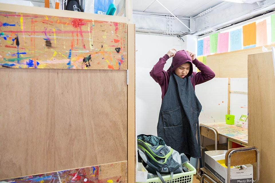 (写真について)時間が来たら帰る身支度を。「アートには、作業の準備をする、手が汚れたら洗う、道具を片付ける、など生活の所作も身につけられる部分もあります」と卜部さん。