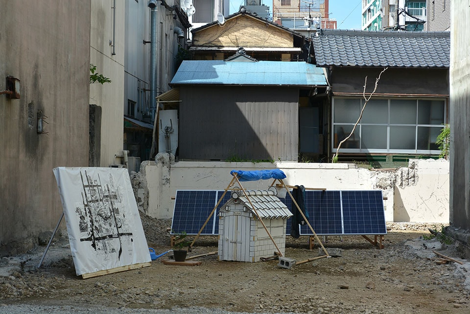 (写真について)2017年に熊本市現代美術館で行われたグループ展『風を待たずに 村上慧、牛嶋均、坂口恭平の実践』では、震災で被災した建物の跡地を借りたプロジェクト「夏休みアトリエ菜園計画」を展開した。