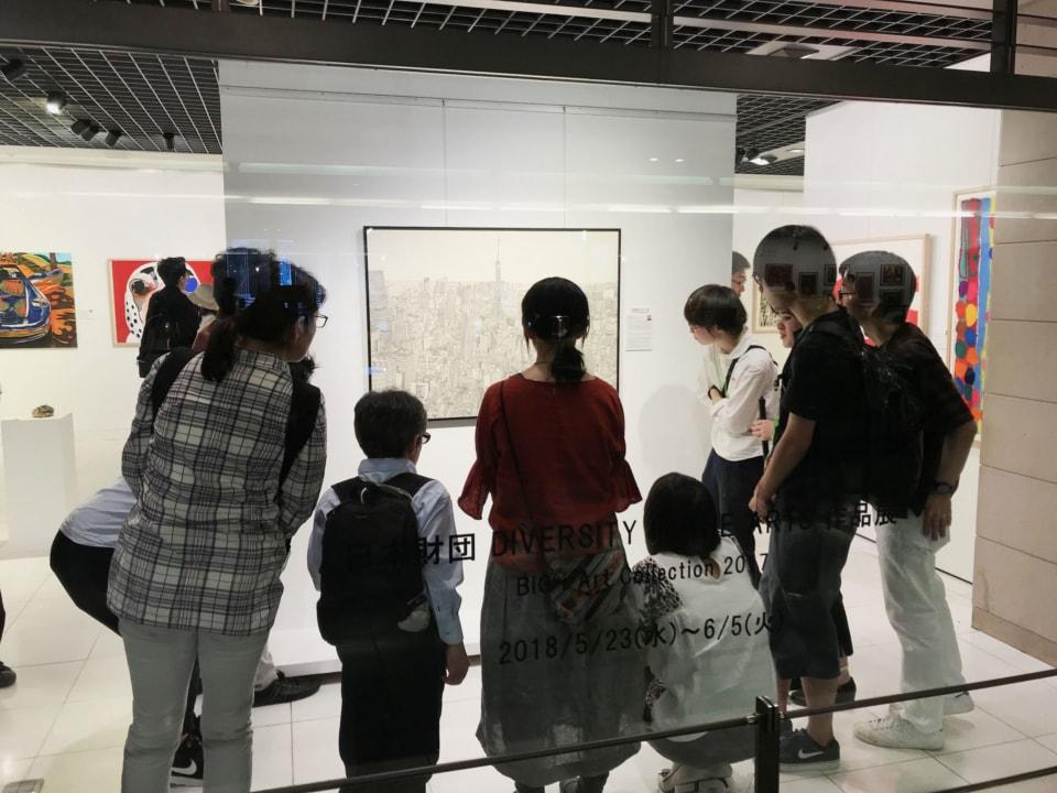 (写真について)2017年度公募の審査を経て選ばれた入選作品展の様子 会場:Bunkamura Gallery(東京・渋谷)
