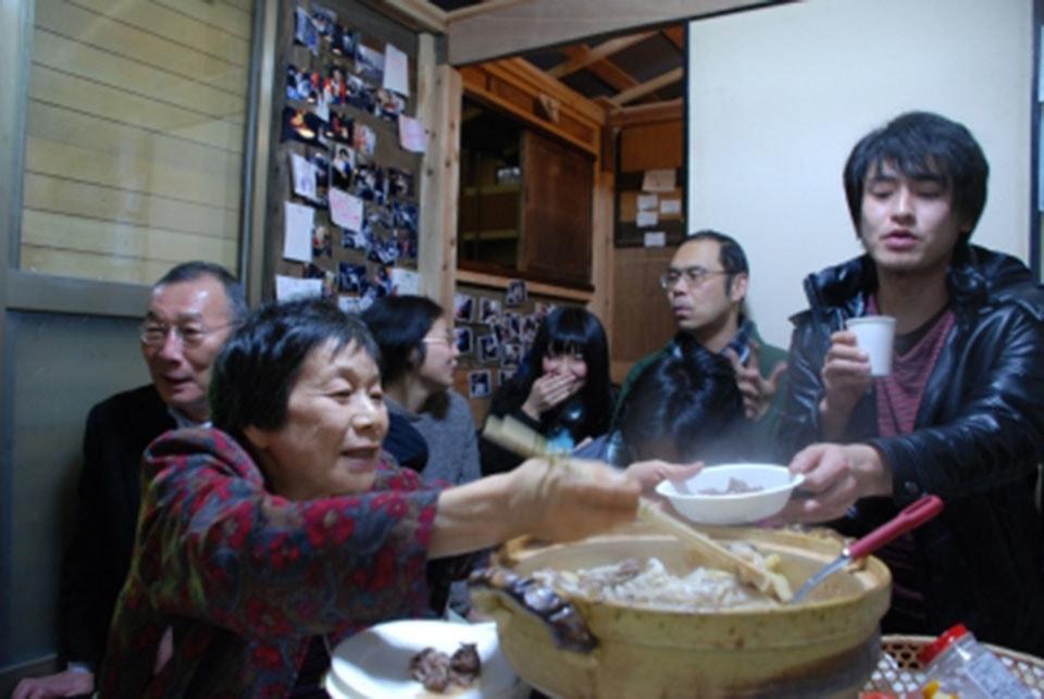 (写真について)2010年に千葉県松戸市で開催された「松戸アートラインプロジェクト」に参加した村上さんの作品「松戸家」の様子。住宅街の民家に廃材を使って小屋を建て、町の人々に開放して1カ月間の会期中、「持ち寄り鍋」をやり続けた。