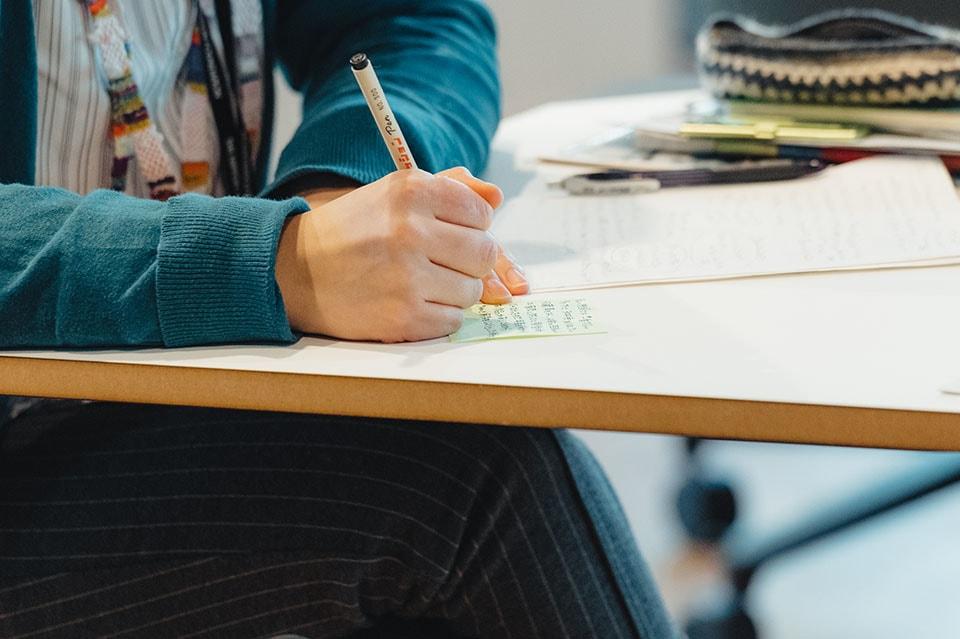 (写真について)会場では付箋が配られ、意見や感想をメモ。後半の議論に使用された