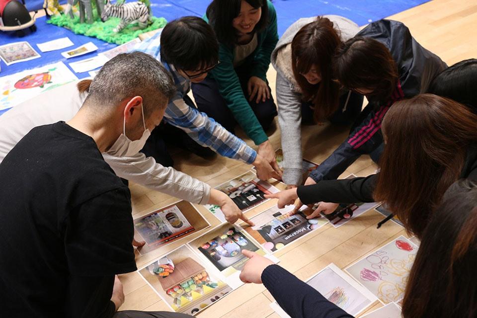 (写真について)はじまりの美術館では、施設内にばらばらに保管されていた作品を集めて整理し、何を保存するか選ぶところから始まった。