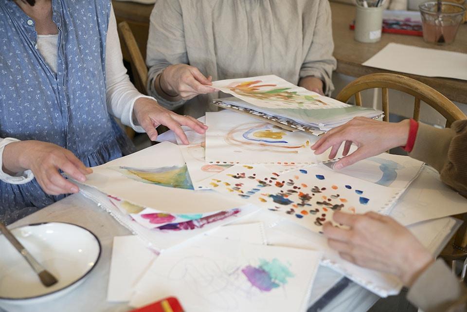 (写真について)展覧会会期中、遊びに来た子どもたちがTARO&NAOTAROの展示に刺激されて描いた絵がたくさん。