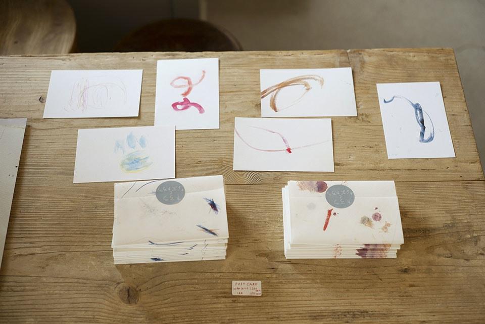 (写真について)展覧会に合わせて、堀江さんが絵をあしらったTシャツやトートバッグ、ハンカチなどを、矢部さんがポストカードを、それぞれ制作して販売した。
