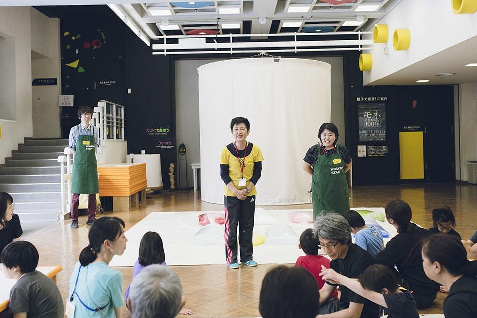 (写真について)〈子どものアトリエ〉のエデュケーター、山﨑優さん。