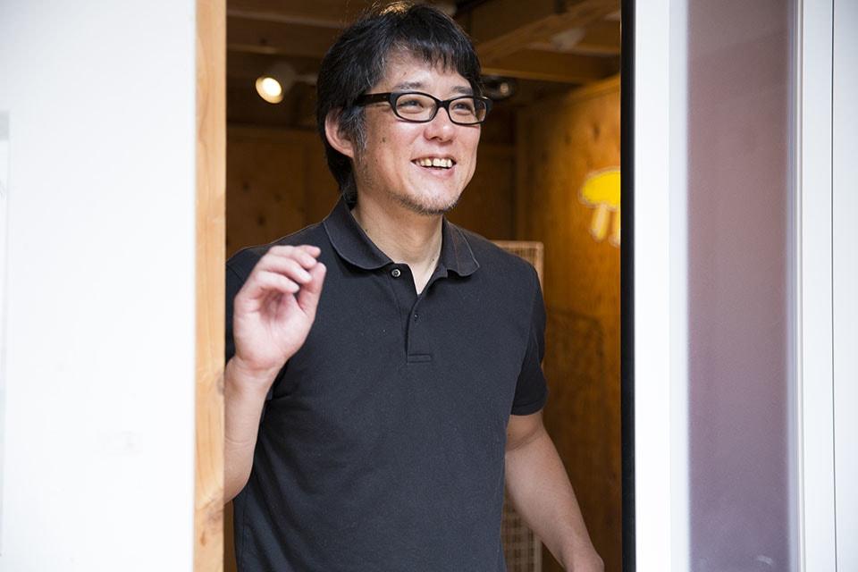 (写真について)吉田修一さん。九州産業大学の写真学科卒業。卒業制作等で撮影に訪れた福岡市内にある特別支援学校や障害者施設で湧きあがった疑問や気付き、経験が現在の活動の礎(いしづえ)になっているという。