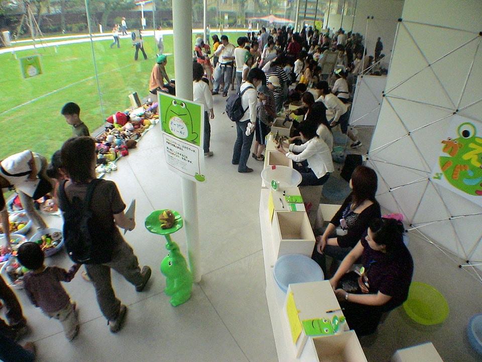 (写真について)「金沢21世紀美術館」で行われた「かえっこ」の様子。