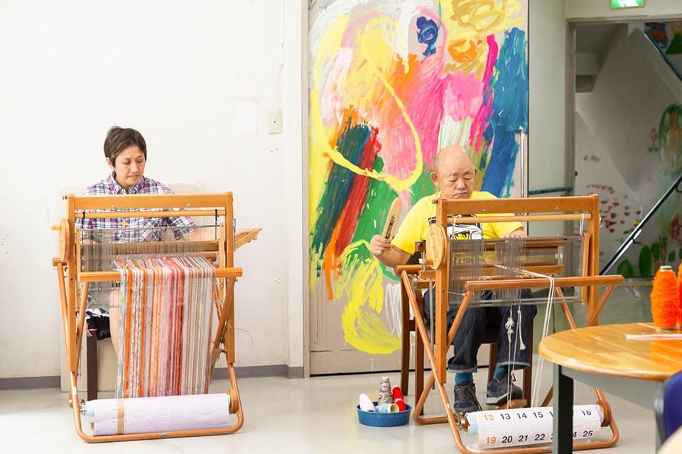 (写真について)クリエイト班は手織りを担当。ちなみに右側の西原清次(にしはら・きよじ)さんは筋金入りの阪神ファン。