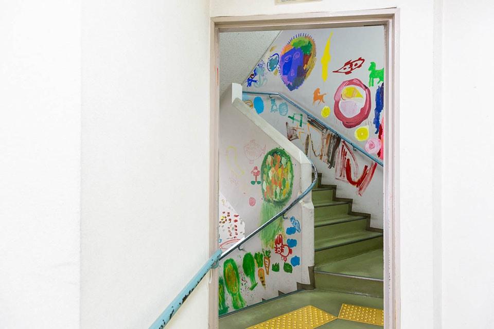 (写真について)吸い寄せられる原色階段。直接描く!という快感が伝わってくるような。