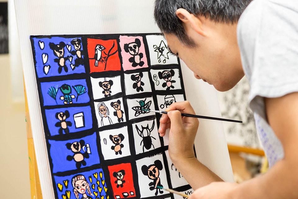 """(写真について)隣で制作していた黒田勝利さんいわく""""平和の神様""""こと中井孝さんは静かに色付け中。"""