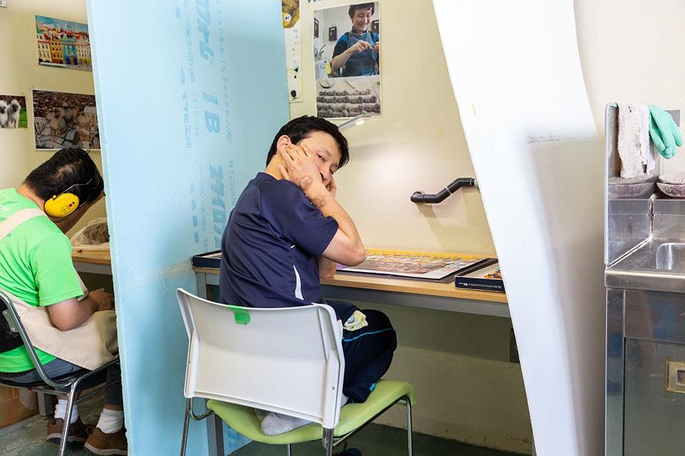 (写真について)ちびた色鉛筆で器用に絵を描いていた吉田裕志(よしだ ひろし)さん。