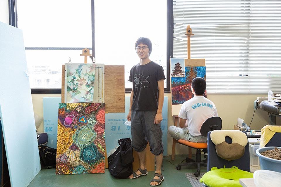 (写真について)どこか和を感じさせる緻密でサイケデリックな絵を描く若林義輝(わかばやしよしき)さん。