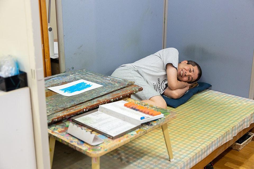 (写真について)アトリエを代表するアーティスト木村全彦さん(写真上)とシエスタ中(?)の国保幸宏さん(写真下)。