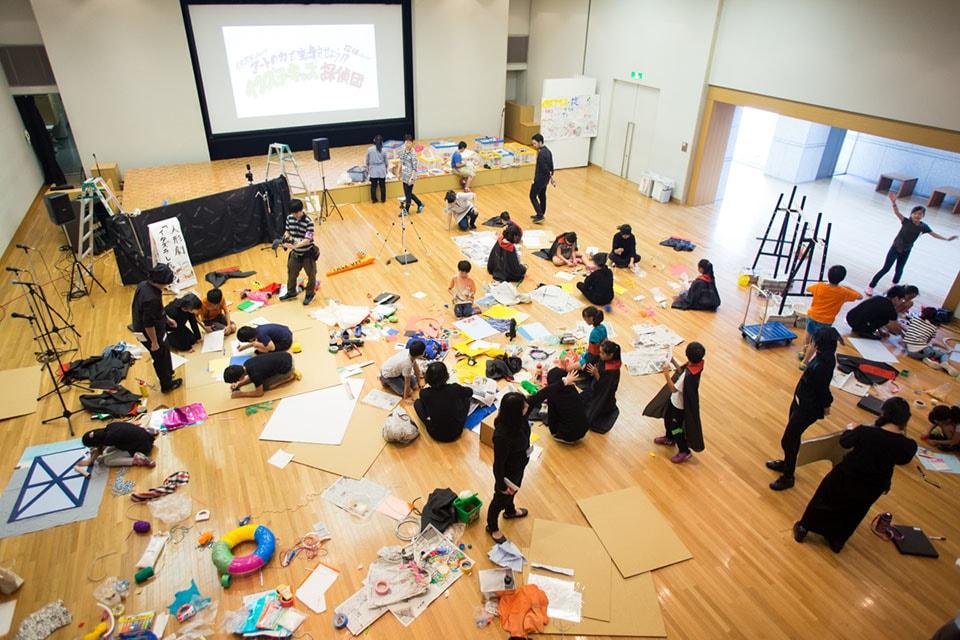 (写真について)東京都現代美術館(改修工事のため現在休館中)では、さまざまな「普及プログラム」や「スクールプログラム」を実施。写真は、子どもを対象にしたワークショップ「イタズラ・キッズ探偵団」(2015年/写真:川瀬一絵)。