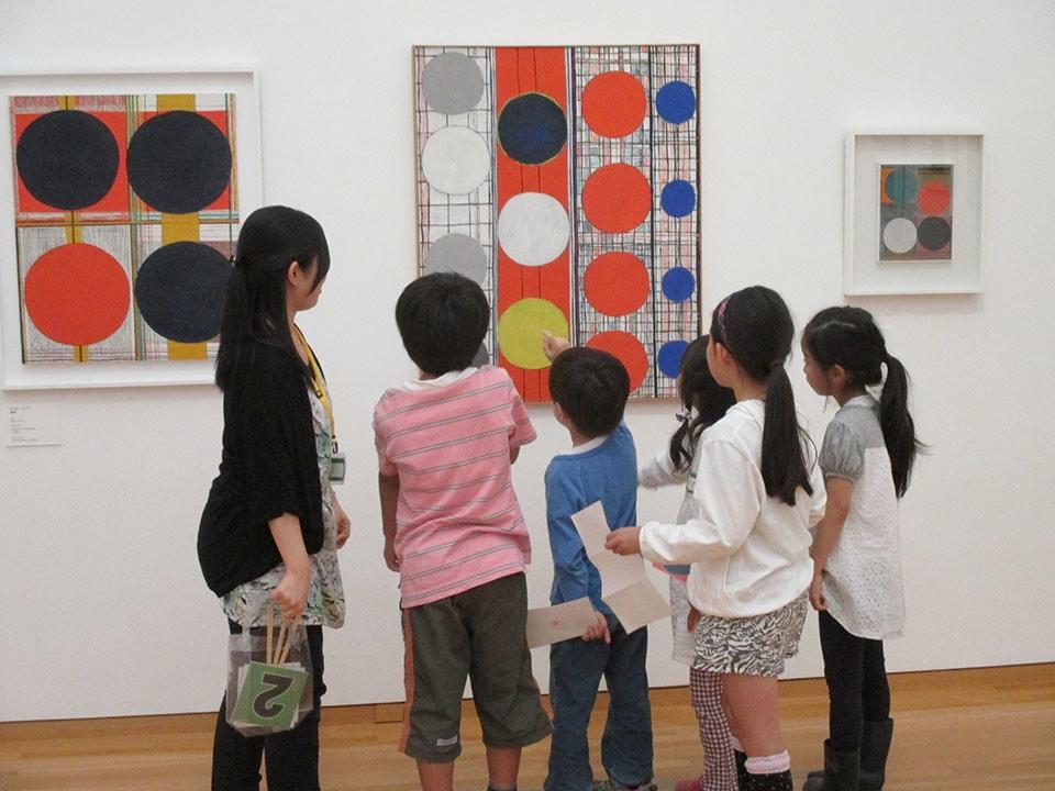 (写真について)東京都現代美術館の美術鑑賞ツアー、こども探検クルーズ「美術館のヒ・ミ・ツ」(2015年)より。