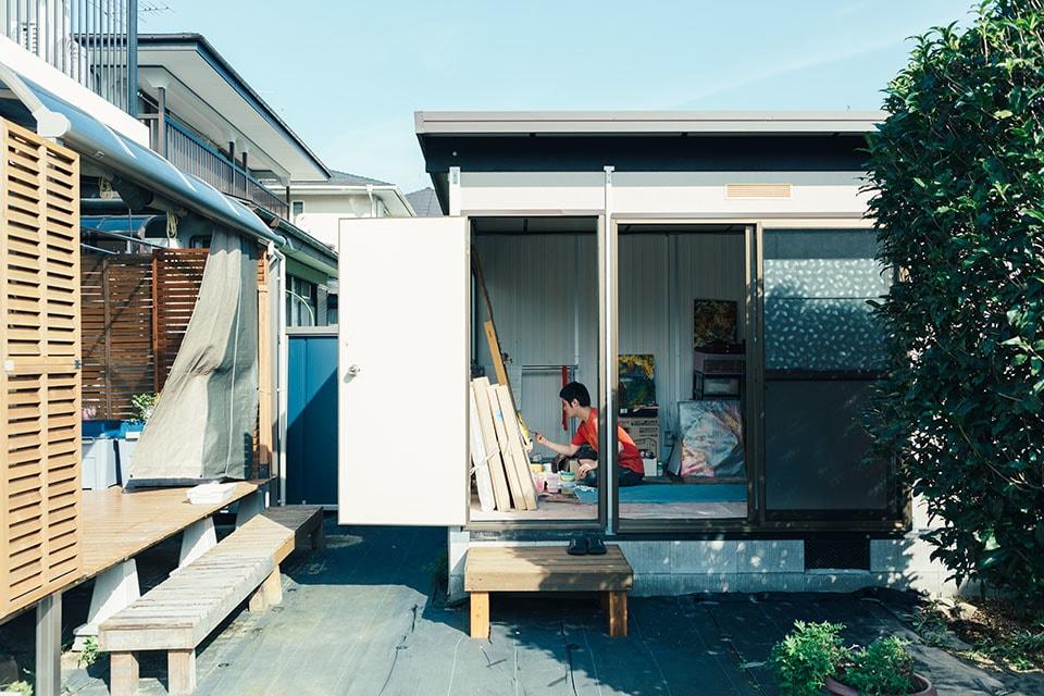 (写真について)庭にあるアトリエ。思うがまま油絵の具を使い、画材を広げ、制作に没頭できる。