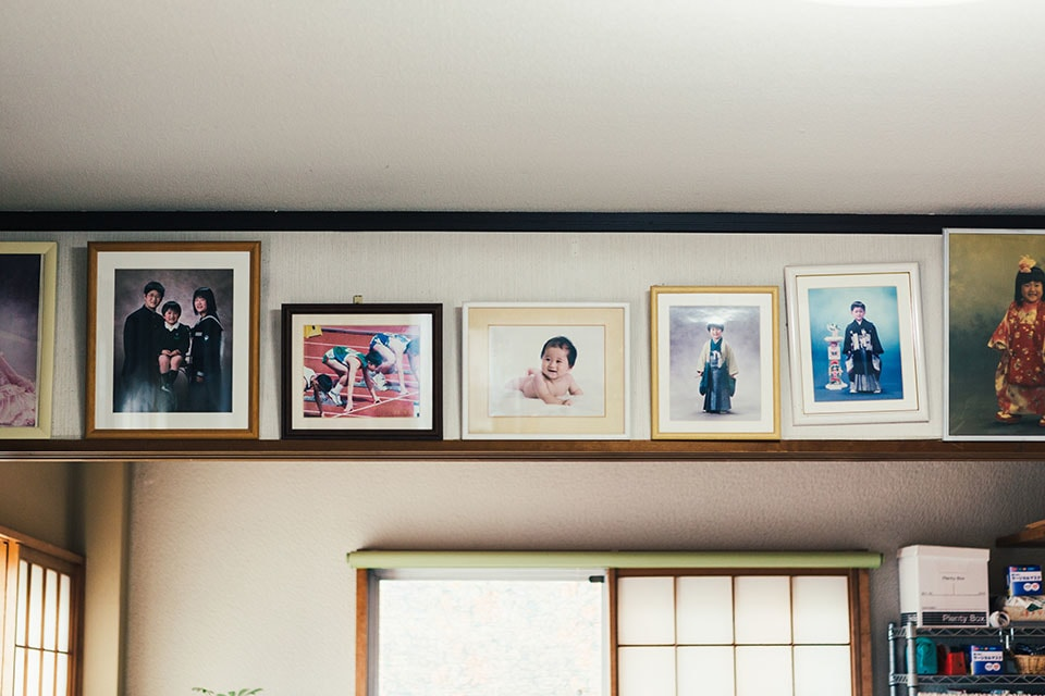 (写真について)鉄平さんの絵と一緒に飾られていた、子どもたちの記念写真。成長を見守る両親のあたたかな視線に溢れていた。