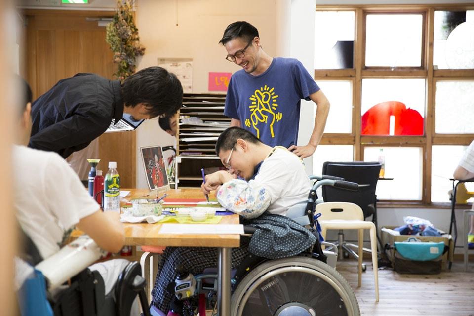 (写真について)〈工房まる〉野間のアトリエにて。〈工房まる〉は1997年、福岡県福岡市で無認可の福祉作業所としてスタート。現在、福岡市内の野間、三宅、野方の3カ所にアトリエを構え、20〜40代を中心とした総勢50名ほどのメンバーが通う。