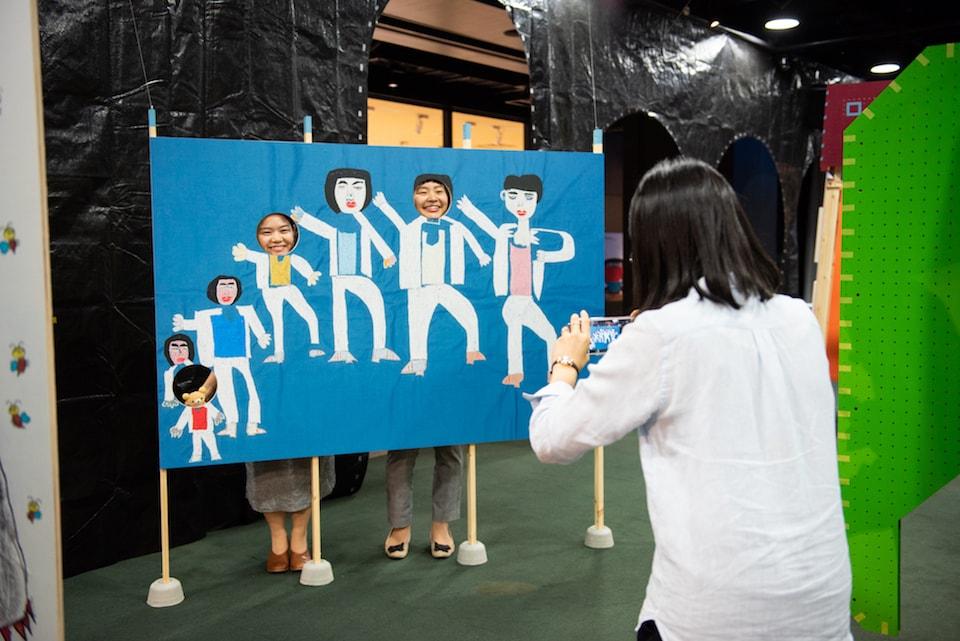 (写真について)清水千秋『三代目 J Soul Brothers』の顔はめパネルを楽しむ来場者 撮影:池ノ谷侑花(ゆかい)