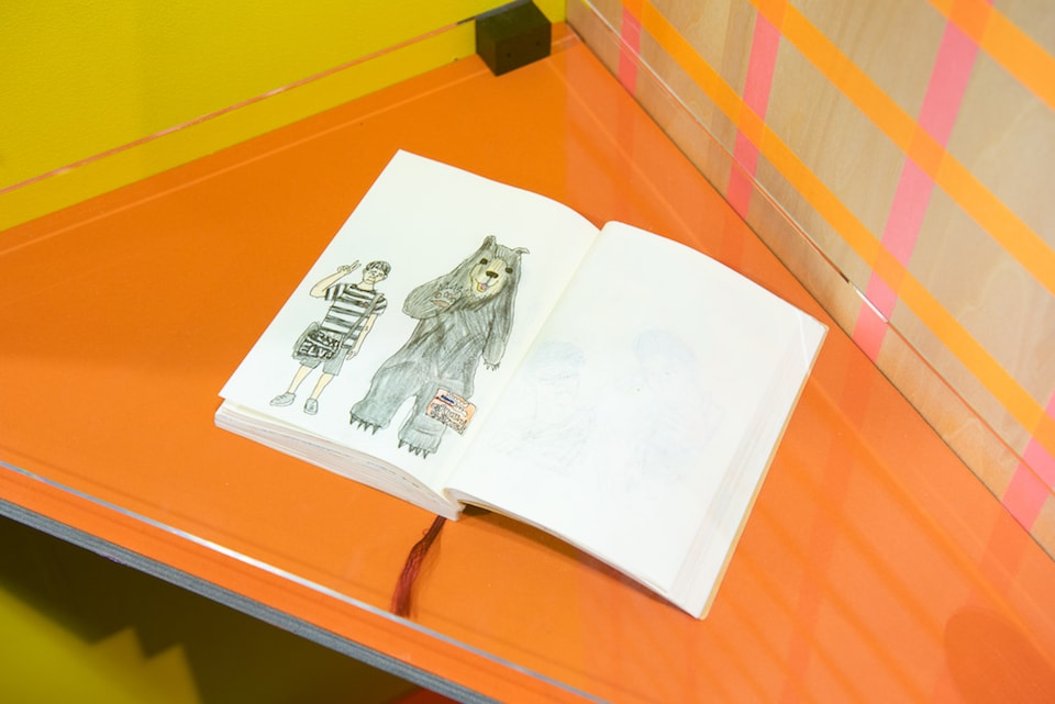 (写真について)竜之介 スケッチブックに描かれた原物のイラスト『熊と一緒』 撮影:池ノ谷侑花(ゆかい)
