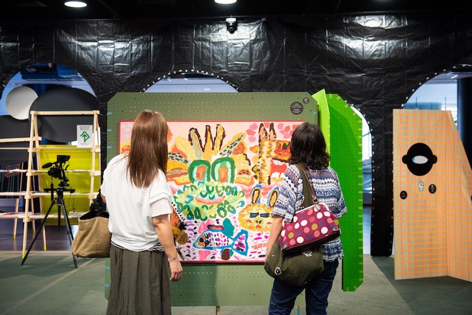 (写真について)小松和子『かえるのともだち』を鑑賞する来場者 撮影:池ノ谷侑花(ゆかい)