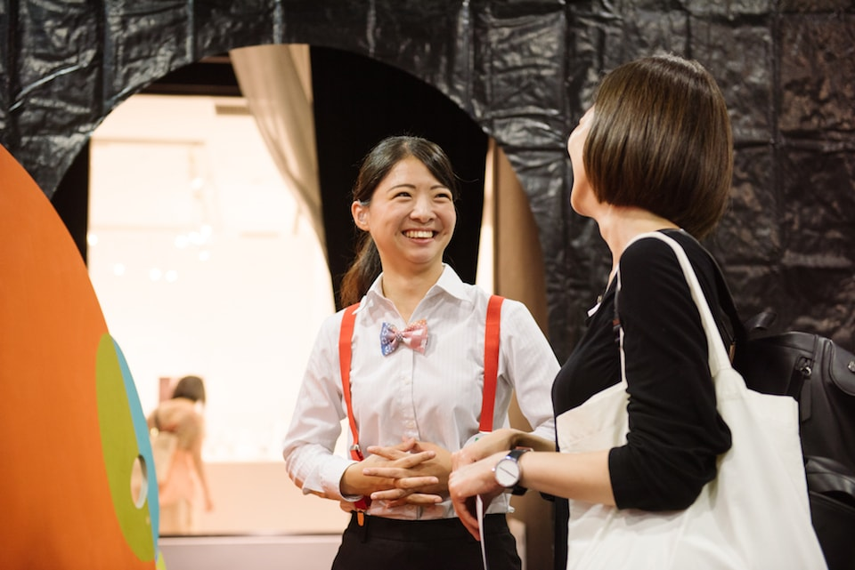 (写真について)来場者を案内するボランティアスタッフ 撮影:池ノ谷侑花(ゆかい)