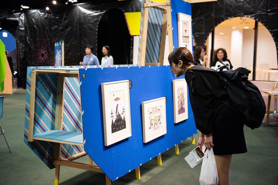 (写真について)古谷秀男の作品を鑑賞する来場者 撮影:池ノ谷侑花(ゆかい)