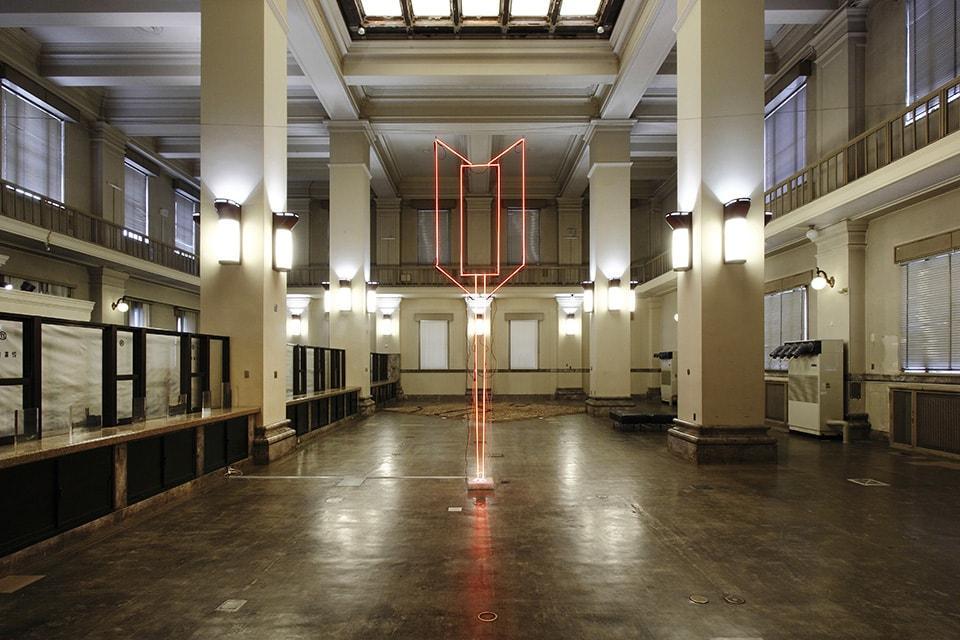 (写真について)小田原のどか《↓》、2015年、ネオン管、アクリルにレーザープリント 写真提供:広島市現代美術館、制作:有限会社ユン美工