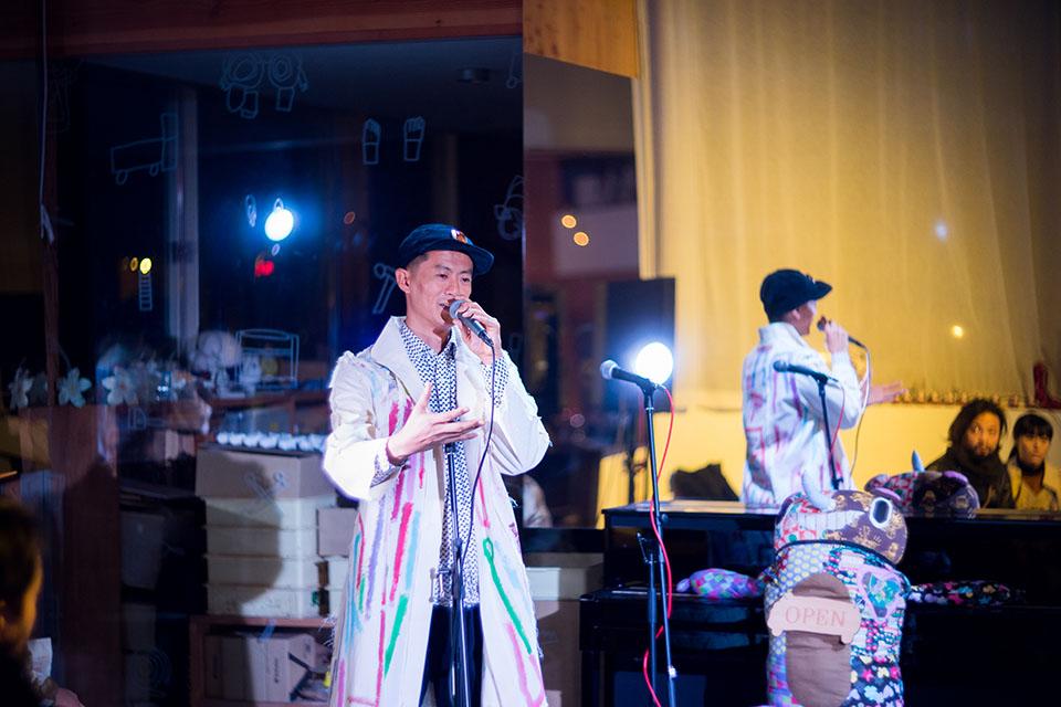 (写真について)パフォーマンス中のShing02さん。着ているジャケットはここで展示されていた仙台の多夢多夢中山工房制作による「めぐるトワル」のもの。