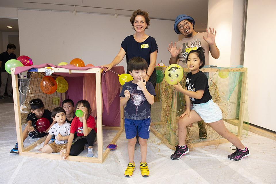 (写真について)エスターさんがアーティストの和田昌宏さん(写真右奥)と一緒に企画に参加したワークショップ「オランダと日本のおとぎばなしを読んで、登場人物の気持ちを絵や形に表現しよう!」助成:日本財団、オランダ王国大使館(2018年9月1日、東京・代官山)。その名の通り、2つの国の話から子供たちが自由に絵や形に表現した。*  Photo: Takaaki Asai