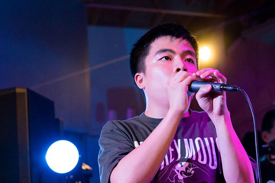 (写真について)マイクを握れば最強。即興でしりとりラップを堂々と歌い上げる、田村一翔(たむら・かずと)さん。