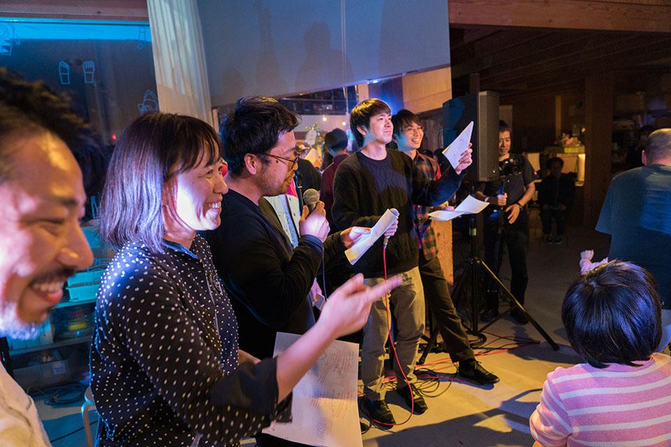 (写真について)最後のスタッフ勢揃いの曲で、アイドルチームを育てるプロデューサーになりきって「キラキラ神7スタッフスターズ」というリリックをつけたのは、メンバーの鈴木彩乃(すずき・あやの)さん。